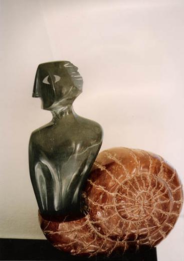 Hombre caracol<br />caliza y mármol <br />(50x30x16)